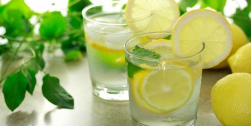 água gelada e limão